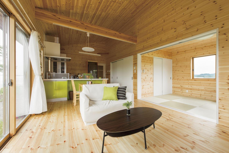 こどもにやさしい無垢材内装の子育て住宅のリビングと和室|行方市の注文住宅,ログハウスのような木の家を低価格で建てるならエイ・ワン