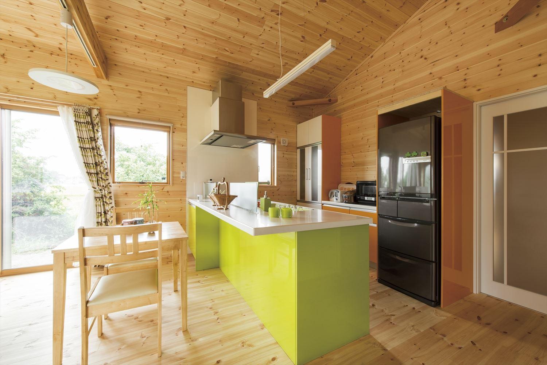 こどもにやさしい無垢材内装の子育て住宅のキッチン|行方市の注文住宅,ログハウスのような木の家を低価格で建てるならエイ・ワン