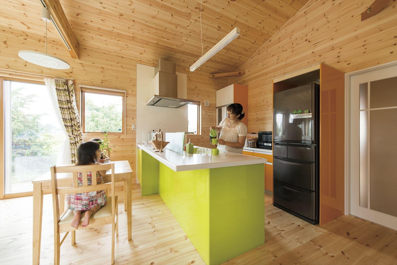 こどもにやさしい無垢材内装の子育て住宅のキッチンと家族|行方市の注文住宅,ログハウスのような木の家を低価格で建てるならエイ・ワン