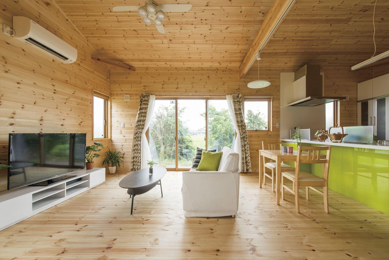 こどもにやさしい無垢材内装の子育て住宅の明るいリビング|行方市の注文住宅,ログハウスのような木の家を低価格で建てるならエイ・ワン