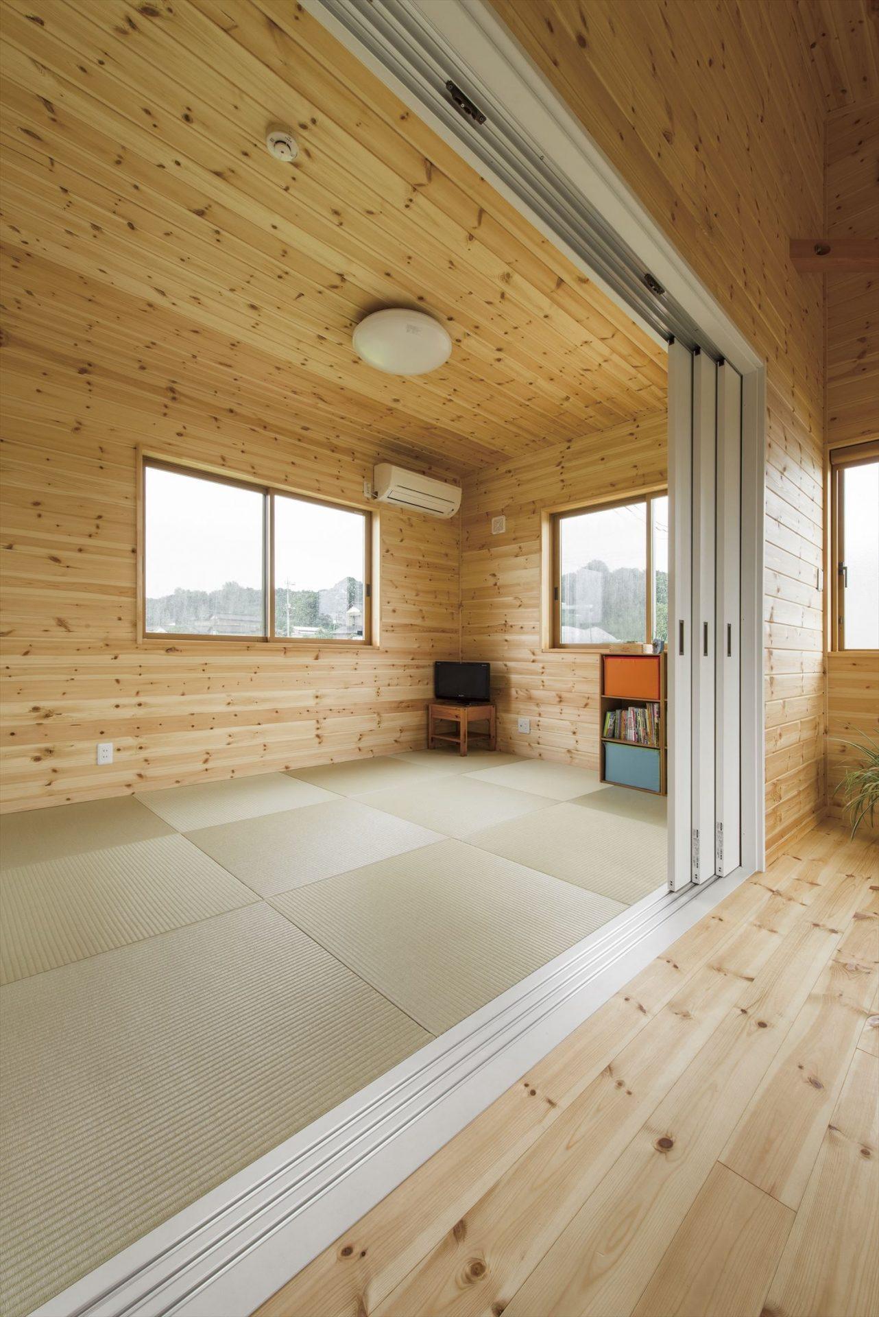 こどもにやさしい無垢材内装の子育て住宅の和室|行方市の注文住宅,ログハウスのような木の家を低価格で建てるならエイ・ワン