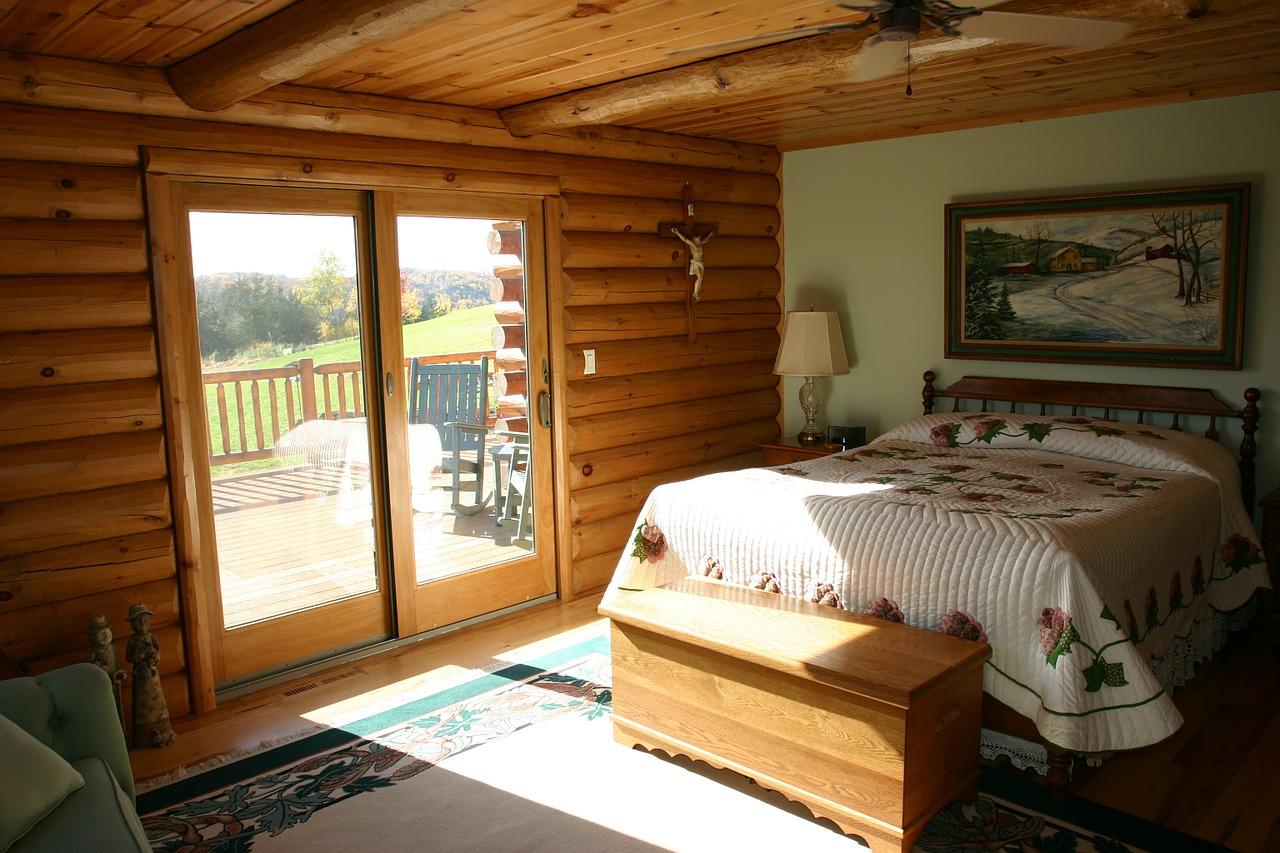 ハンドカットログハウスの明るい寝室