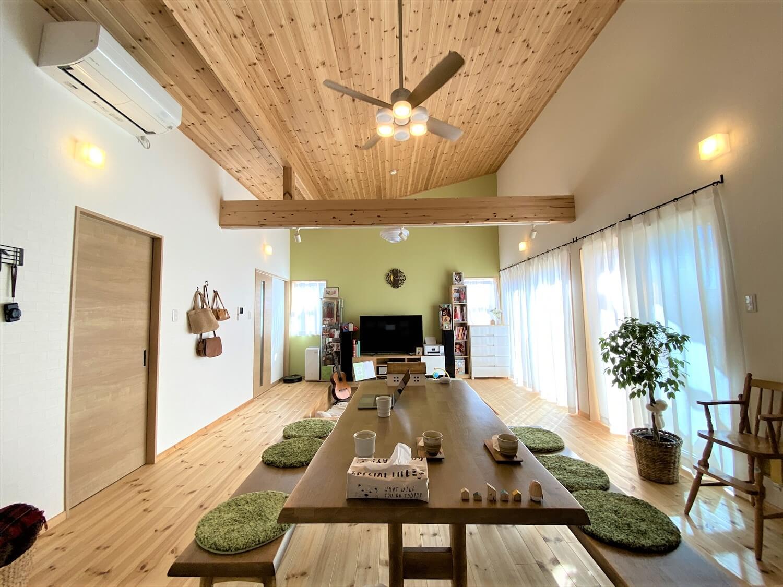 防音室のある平屋のリビングとダイニング|土浦市の注文住宅,ログハウスのような木の家を低価格で建てるならエイ・ワン