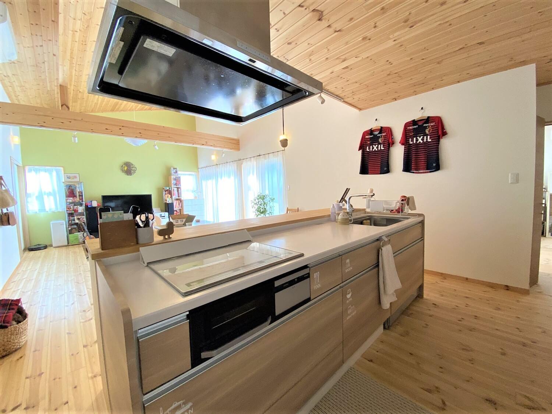防音室のある平屋のアイランドキッチン|土浦市の注文住宅,ログハウスのような木の家を低価格で建てるならエイ・ワン