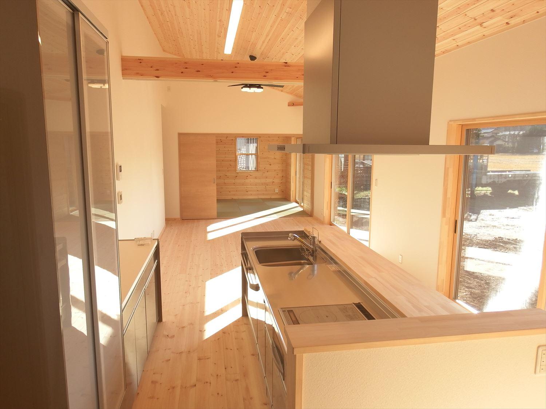 明るく開放的なアイランドキッチン