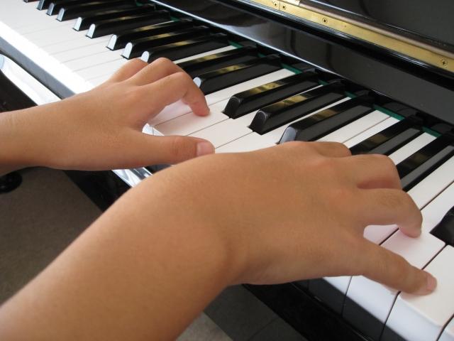 子どものピアノの練習風景