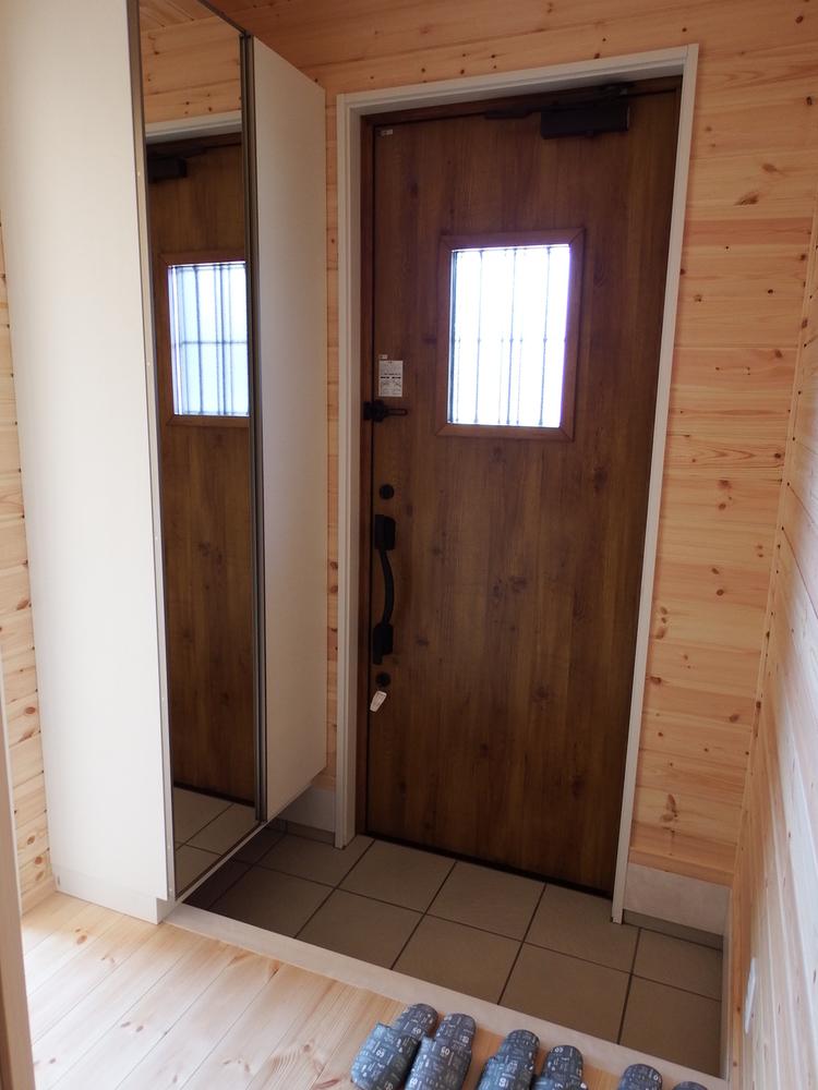土間キッチンのある3LDKの玄関|千葉県富津市の注文住宅,ログハウスのような木の家を低価格で建てるならエイ・ワン