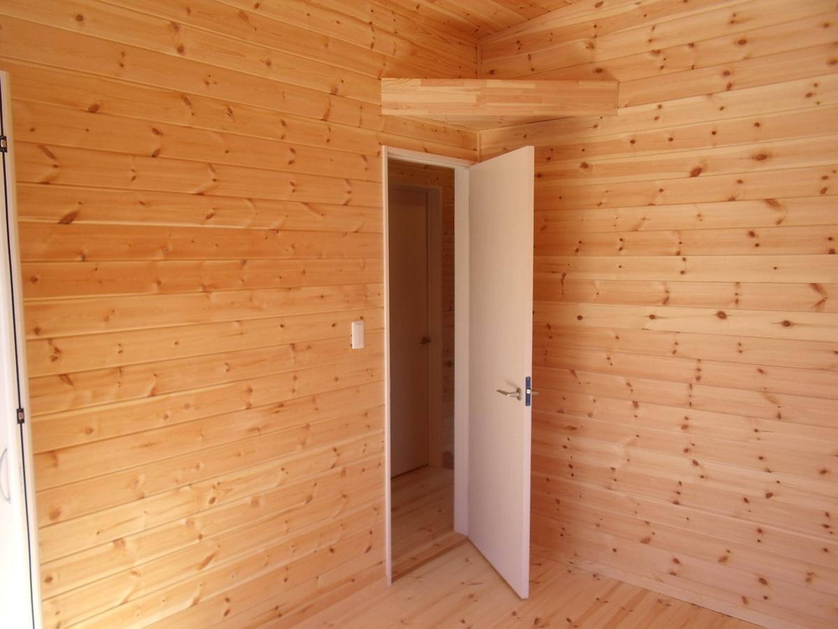 黒い外壁の四角い家の建具|茨城県土浦市の注文住宅,ログハウスのような木の家を低価格で建てるならエイ・ワン