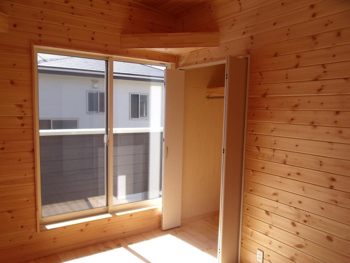 黒い外壁の四角い家の洋室2|茨城県土浦市の注文住宅,ログハウスのような木の家を低価格で建てるならエイ・ワン