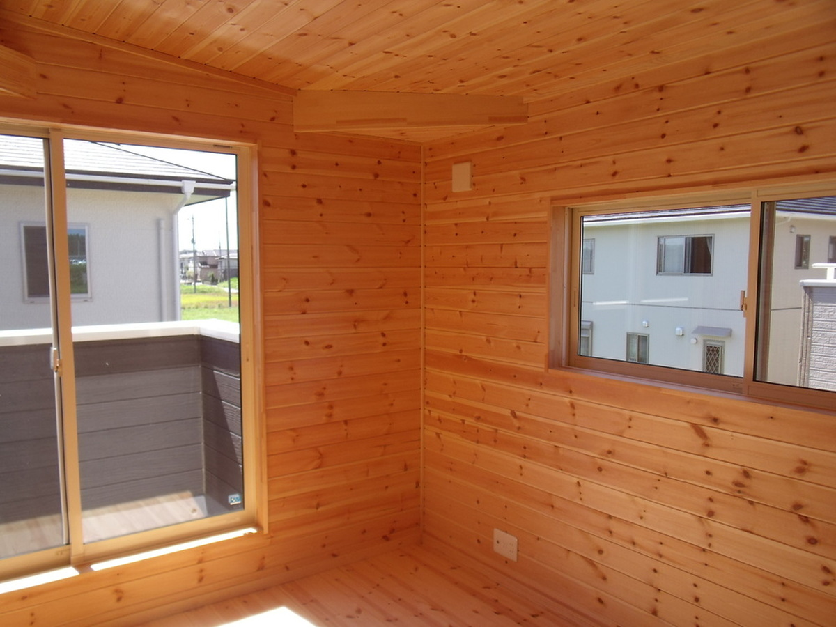 黒い外壁の四角い家の洋室|茨城県土浦市の注文住宅,ログハウスのような木の家を低価格で建てるならエイ・ワン