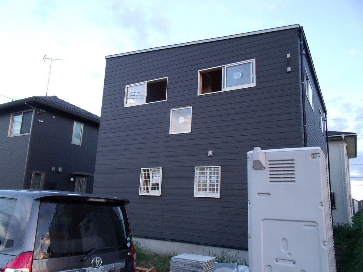 黒い外壁の四角い家の外観|茨城県土浦市の注文住宅,ログハウスのような木の家を低価格で建てるならエイ・ワン