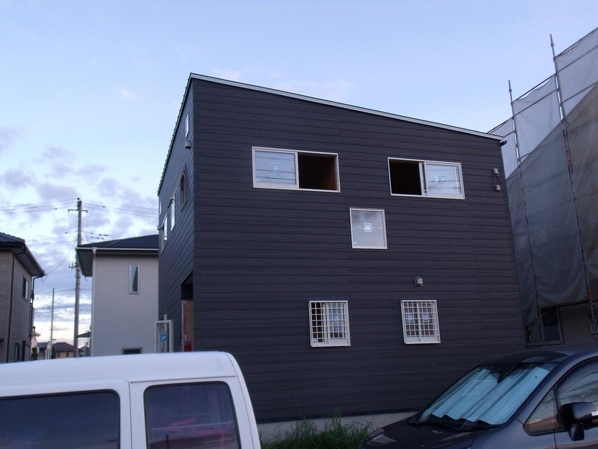 黒い外壁の四角い家の外観2|茨城県土浦市の注文住宅,ログハウスのような木の家を低価格で建てるならエイ・ワン