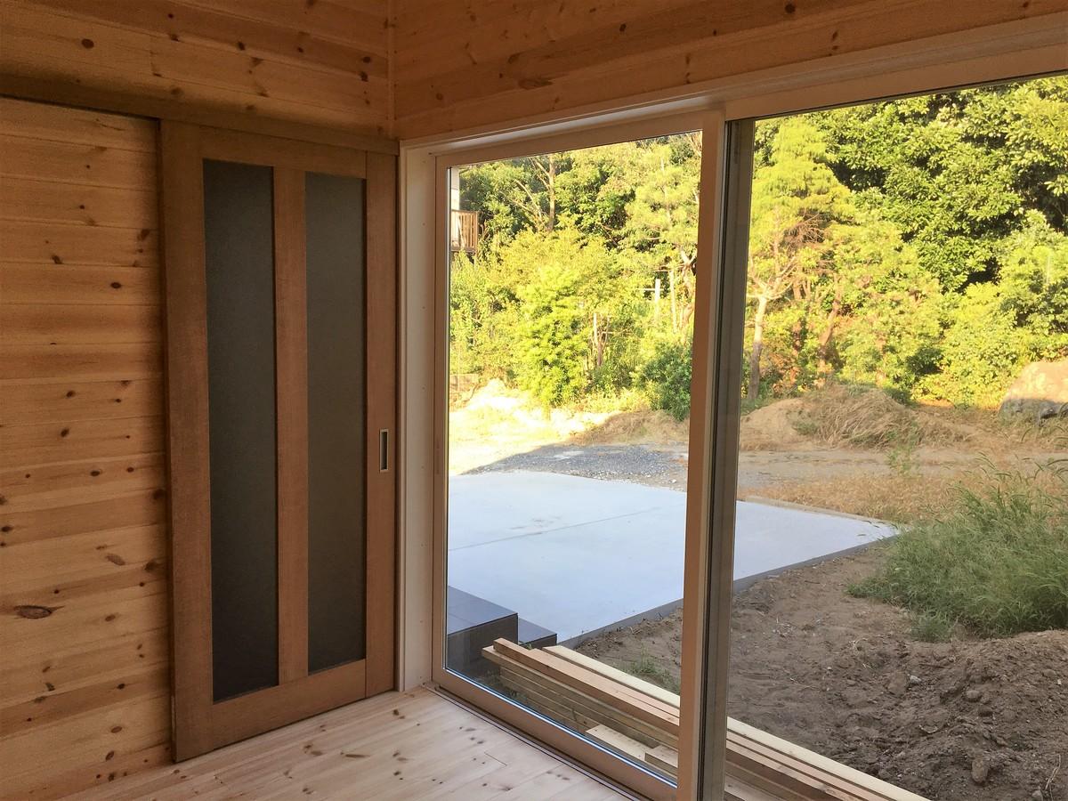 土間キッチン付き二階建ての掃き出し窓|千葉県富津市の注文住宅,ログハウスのような木の家を低価格で建てるならエイ・ワン