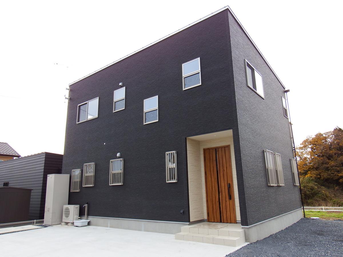 シンプルモダン住宅の外観|行方市の注文住宅,ログハウスのような木の家を低価格で建てるならエイ・ワン