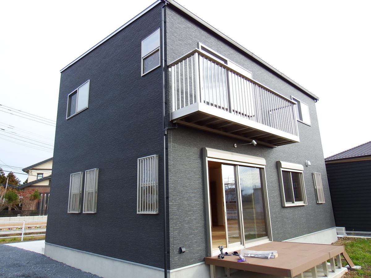 シンプルモダン住宅の外観2|行方市の注文住宅,ログハウスのような木の家を低価格で建てるならエイ・ワン