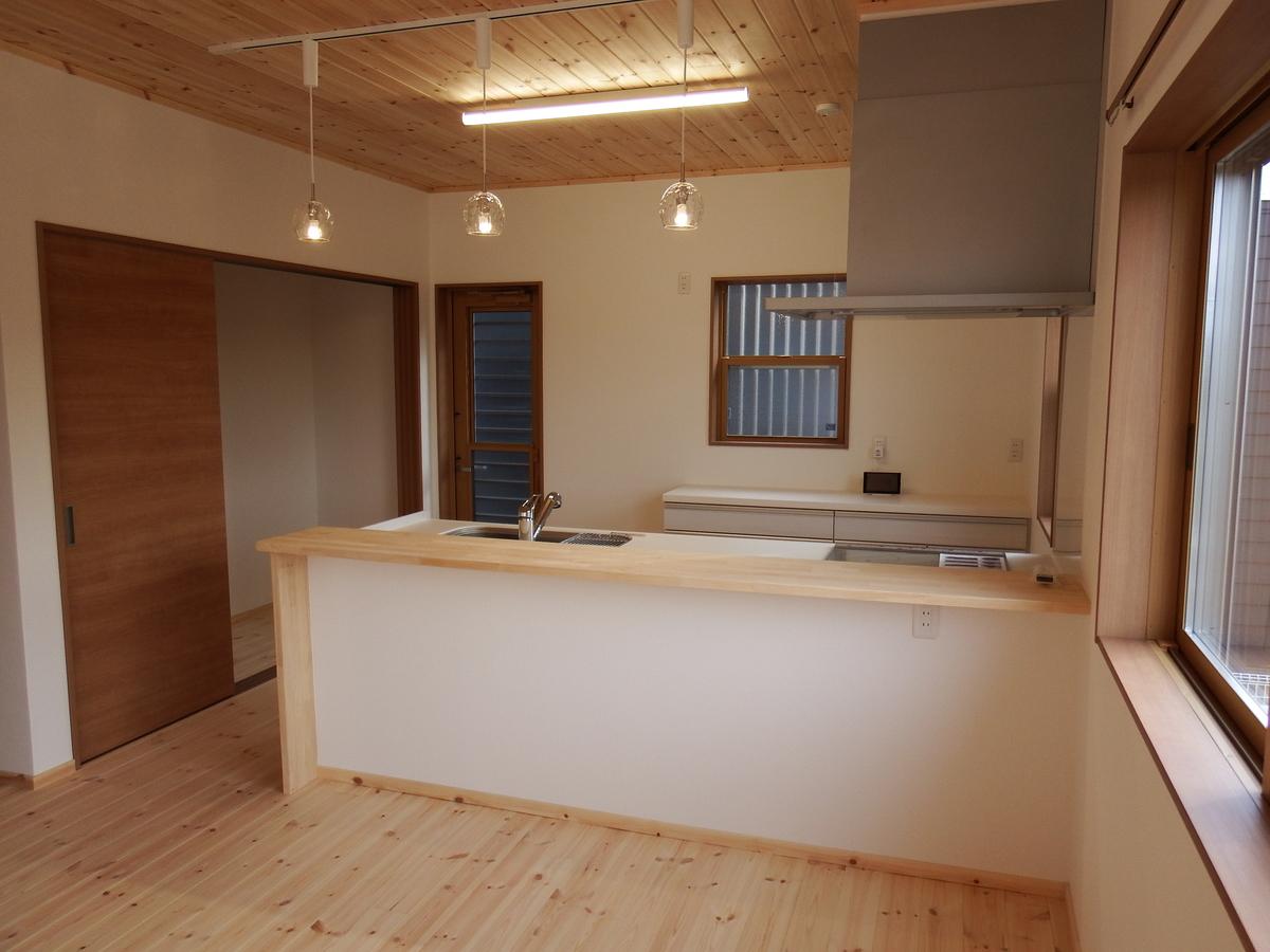 シンプルモダン住宅のオープンキッチン|行方市の注文住宅,ログハウスのような木の家を低価格で建てるならエイ・ワン