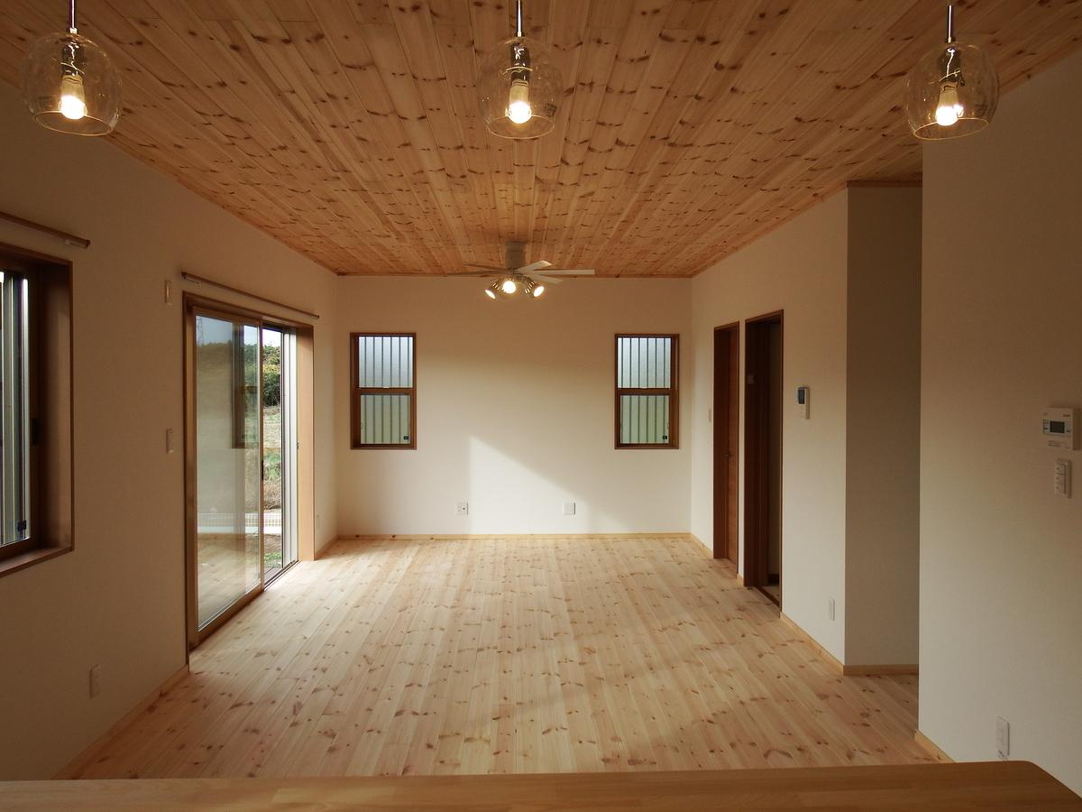 シンプルモダン住宅のリビング|行方市の注文住宅,ログハウスのような木の家を低価格で建てるならエイ・ワン