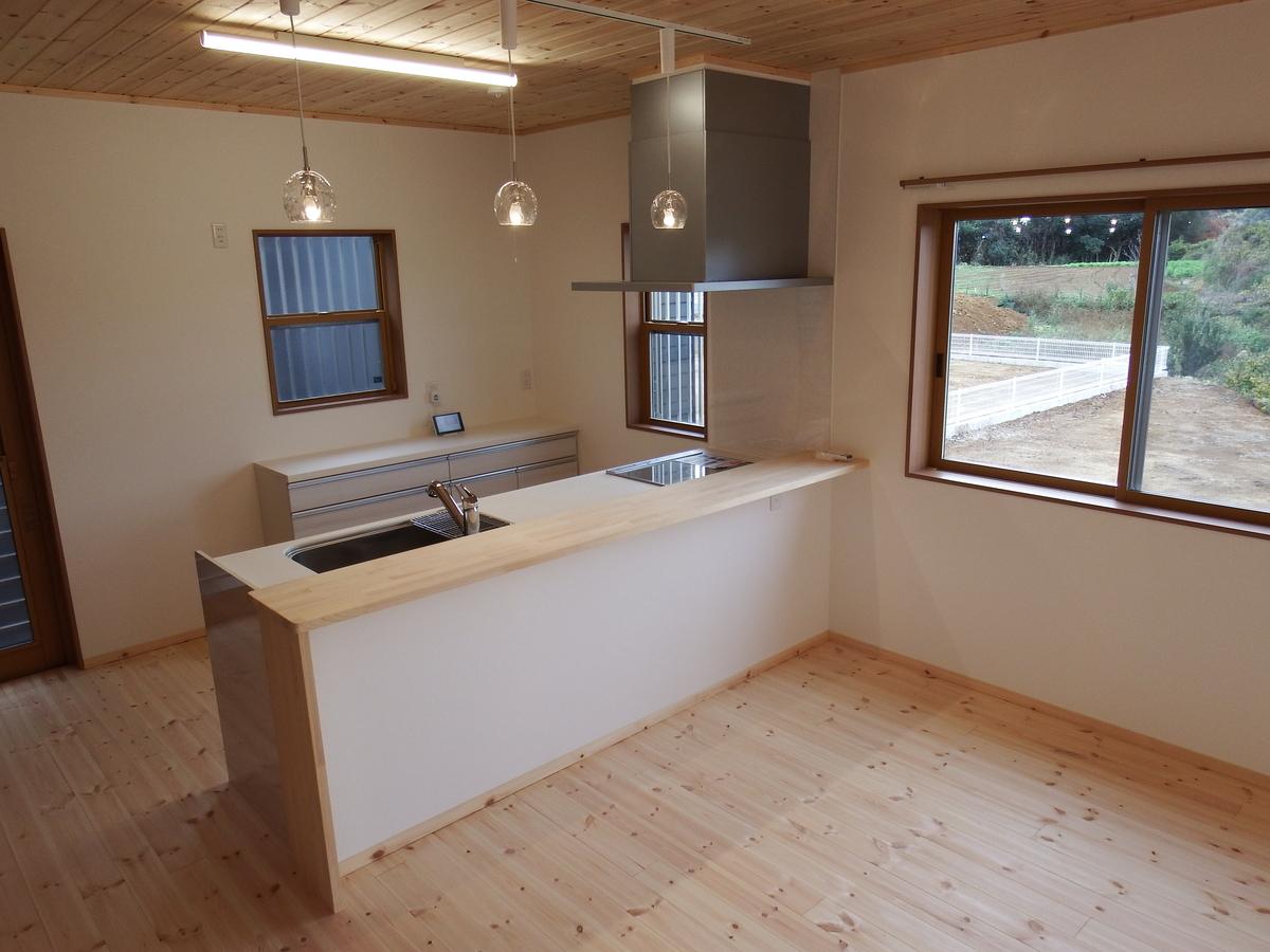 シンプルモダン住宅の対面キッチン|行方市の注文住宅,ログハウスのような木の家を低価格で建てるならエイ・ワン