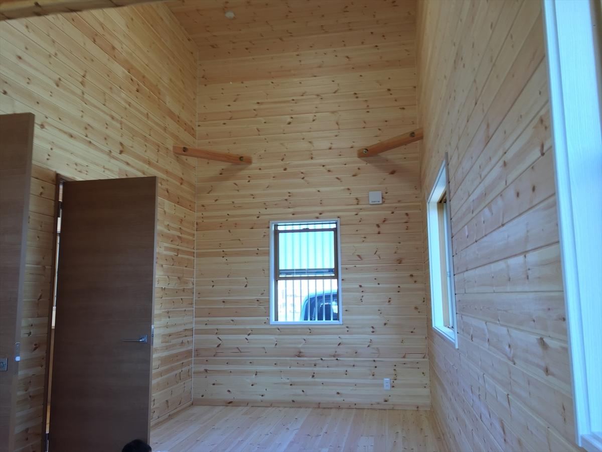 無垢材平屋の洋室|石岡市の注文住宅,ログハウスのような木の家を低価格で建てるならエイ・ワン