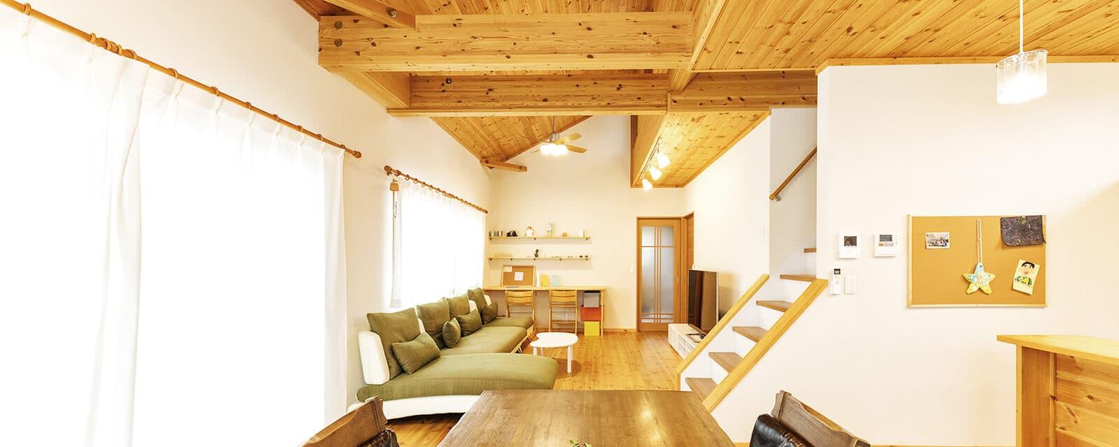 ログハウスのような木の家を低価格で建てるエイ・ワンの家族が集まる居心地の良いリビング