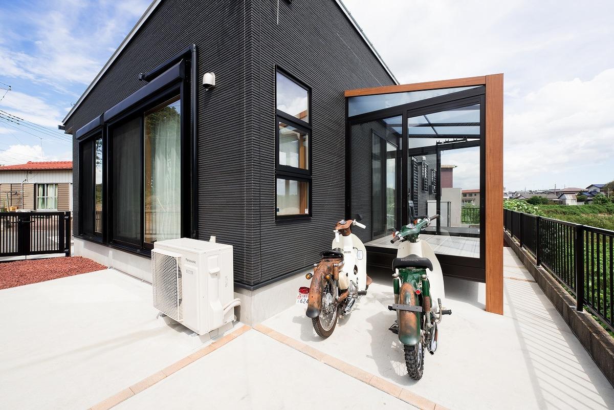 ブラック外観と無垢材のクールな住宅の外観とバイク|小美玉市の注文住宅,ログハウスのような木の家を低価格で建てるならエイ・ワン