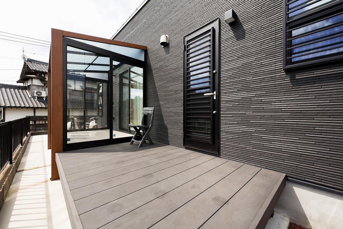 ブラック外観と無垢材のクールな住宅のウッドデッキ|小美玉市の注文住宅,ログハウスのような木の家を低価格で建てるならエイ・ワン