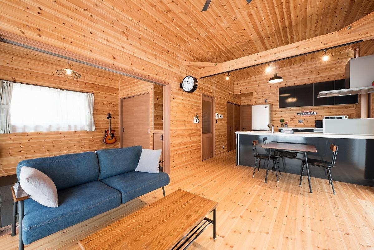 ブラック外観と無垢材のクールな住宅のリビング|小美玉市の注文住宅,ログハウスのような木の家を低価格で建てるならエイ・ワン
