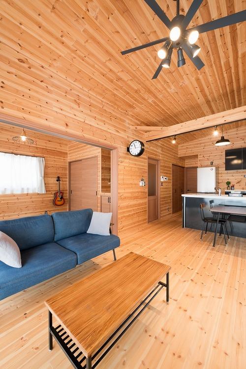 ブラック外観と無垢材のクールな平屋のリビング6|小美玉市の注文住宅,ログハウスのような木の家を低価格で建てるならエイ・ワン