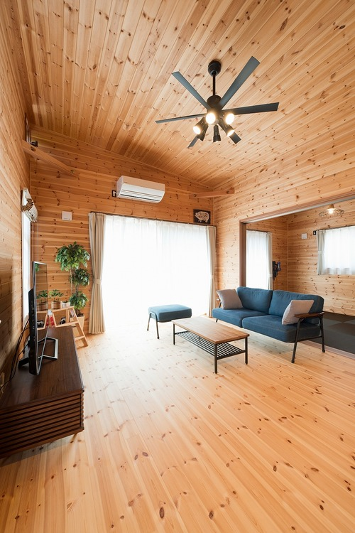 ブラック外観と無垢材のクールな平屋のリビング7|小美玉市の注文住宅,ログハウスのような木の家を低価格で建てるならエイ・ワン