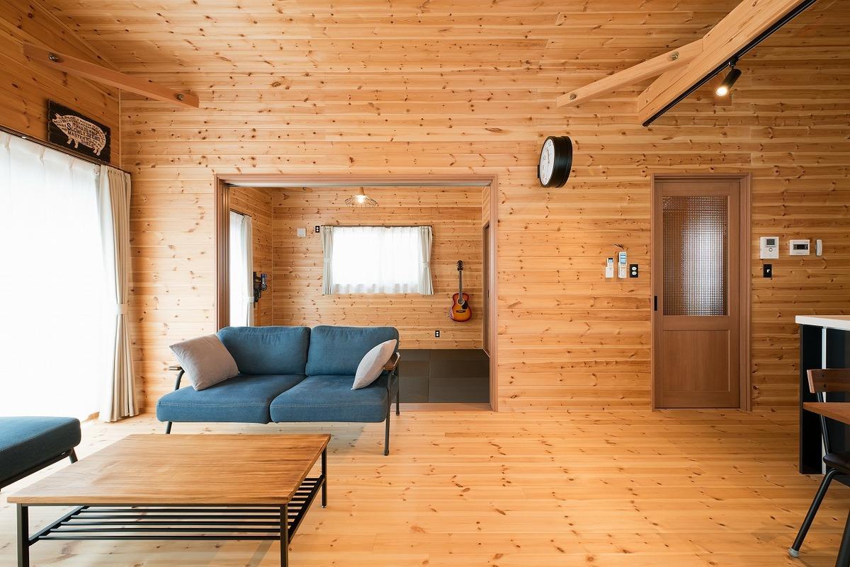 ブラック外観と無垢材のクールな住宅のリビング3|小美玉市の注文住宅,ログハウスのような木の家を低価格で建てるならエイ・ワン