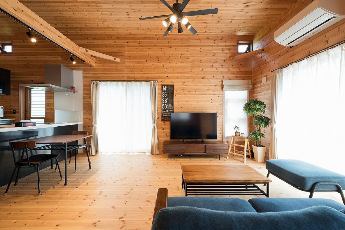 ブラック外観と無垢材のクールな平屋のリビング4|小美玉市の注文住宅,ログハウスのような木の家を低価格で建てるならエイ・ワン