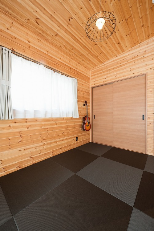 ブラック外観と無垢材のクールな平屋の畳コーナー|小美玉市の注文住宅,ログハウスのような木の家を低価格で建てるならエイ・ワン