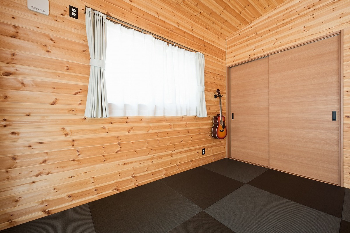 ブラック外観と無垢材のクールな住宅のモダンな和室|小美玉市の注文住宅,ログハウスのような木の家を低価格で建てるならエイ・ワン