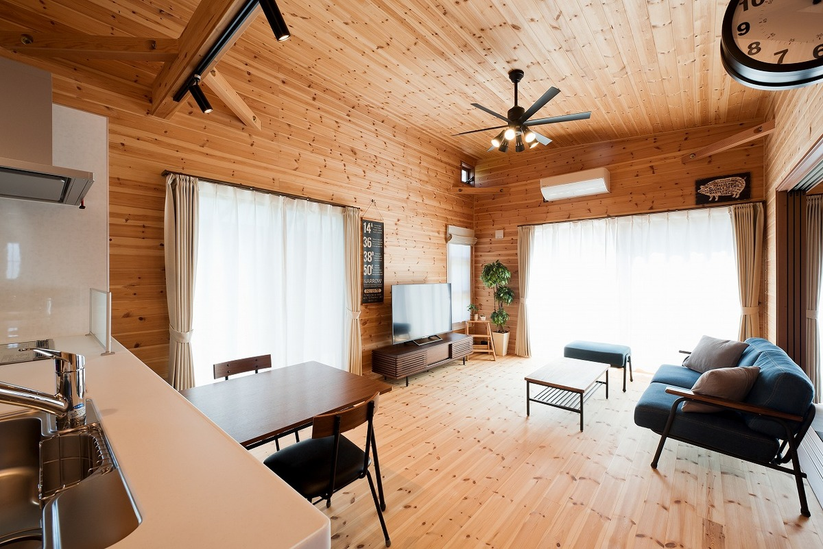 ブラック外観と無垢材のクールな住宅のリビング5|小美玉市の注文住宅,ログハウスのような木の家を低価格で建てるならエイ・ワン