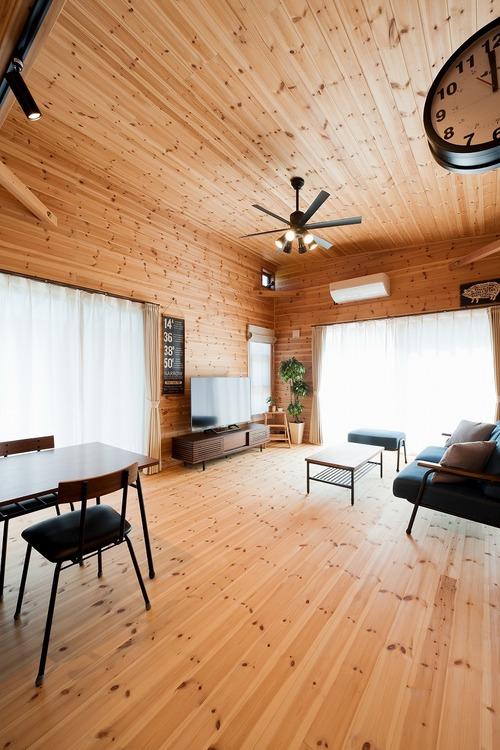 ブラック外観と無垢材のクールな平屋のリビング8|小美玉市の注文住宅,ログハウスのような木の家を低価格で建てるならエイ・ワン