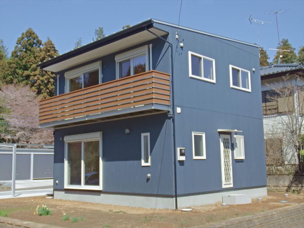 無垢材に囲まれた二階建ての外観|石岡市の注文住宅,ログハウスのような木の家を低価格で建てるならエイ・ワン