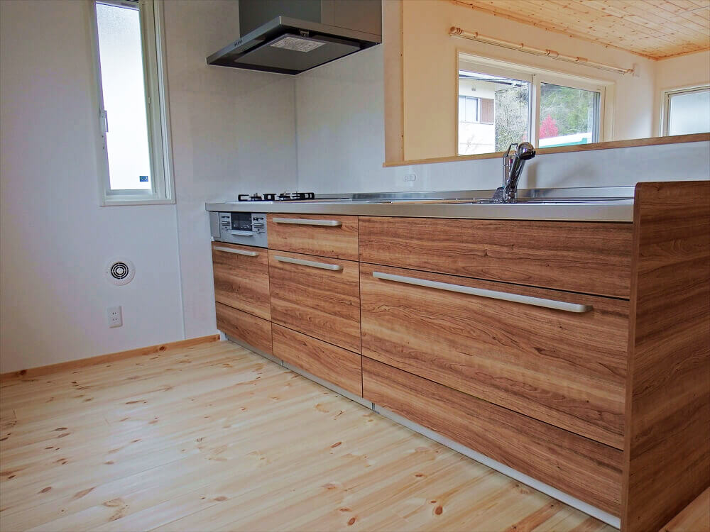 無垢材に囲まれた住宅のキッチン|茨城県石岡市の注文住宅,エイ・ワン