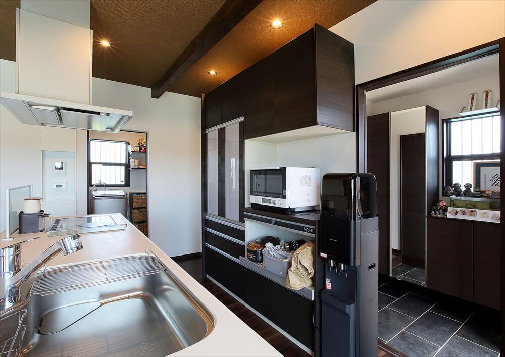 クロスが特徴的なリゾートテイスト平屋のキッチン|行方市の注文住宅,ログハウスのような低価格住宅を建てるならエイ・ワン