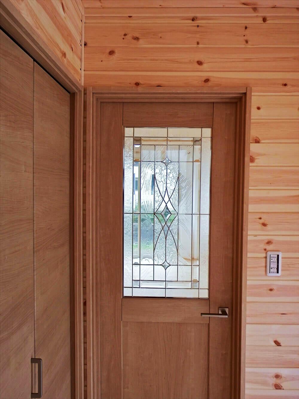 無垢材に囲まれた二階建てのドア|石岡市の注文住宅,ログハウスのような木の家を低価格で建てるならエイ・ワン