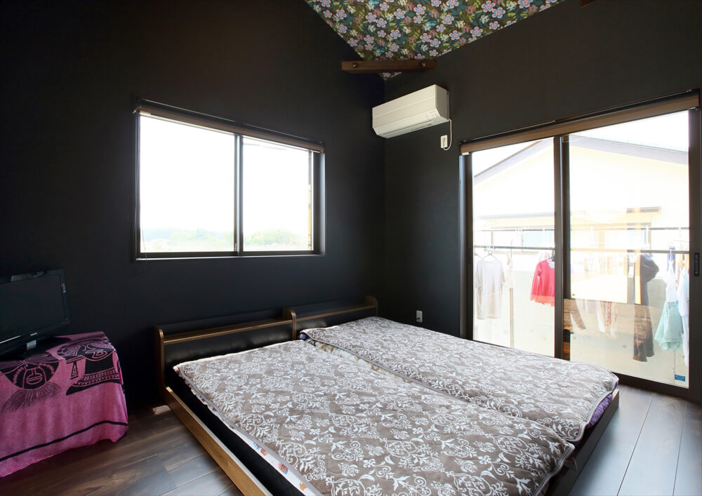 クロスが特徴的なリゾートテイスト平屋の寝室|行方市の注文住宅,ログハウスのような低価格住宅を建てるならエイ・ワン