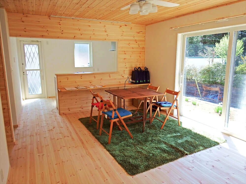 無垢材に囲まれた二階建てのダイニングテーブル|石岡市の注文住宅,ログハウスのような木の家を低価格で建てるならエイ・ワン