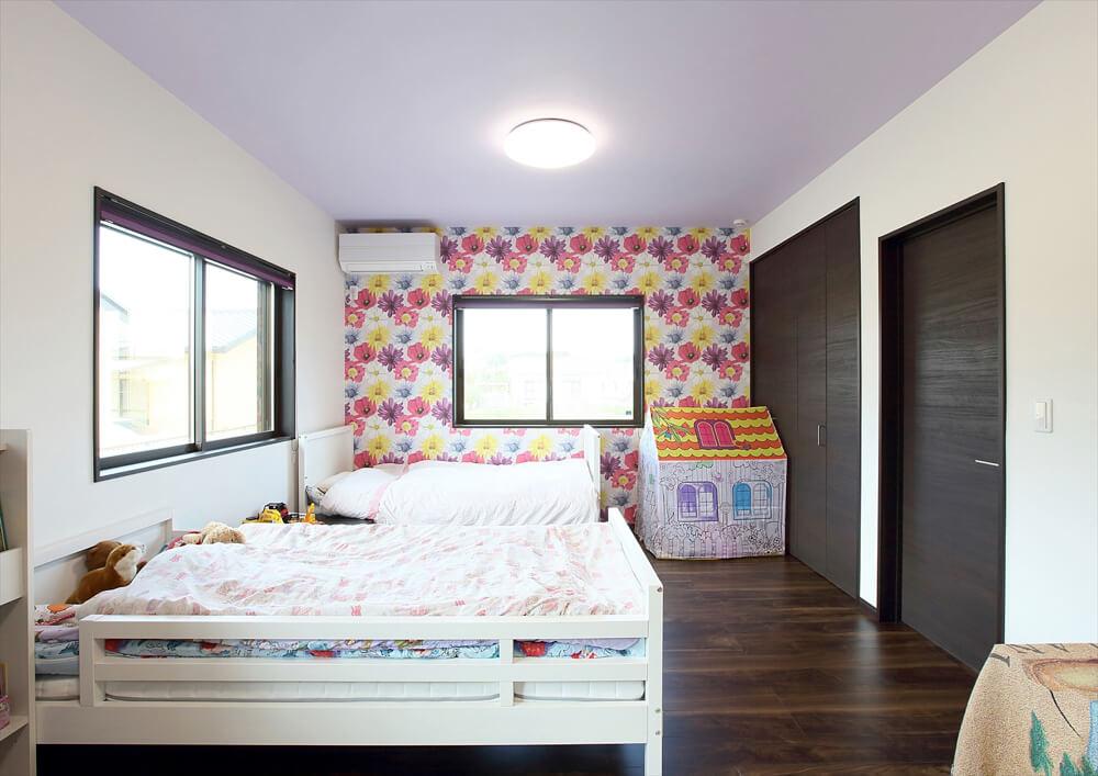 クロスが特徴的なリゾートテイスト平屋の子供部屋|行方市の注文住宅,ログハウスのような低価格住宅を建てるならエイ・ワン