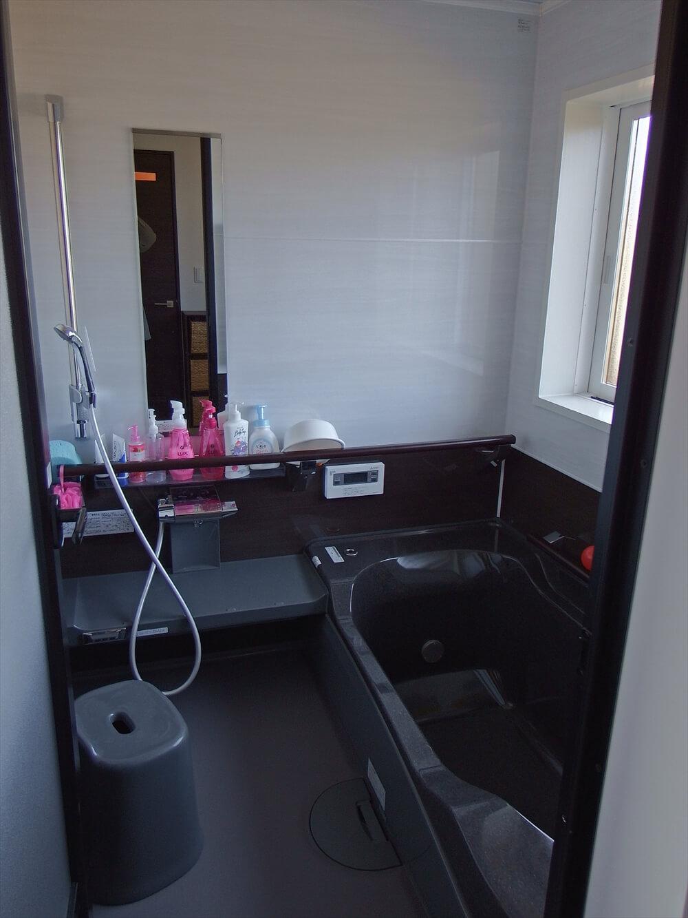 クロスが特徴的なリゾートテイスト平屋のバスルーム|行方市の注文住宅,ログハウスのような低価格住宅を建てるならエイ・ワン