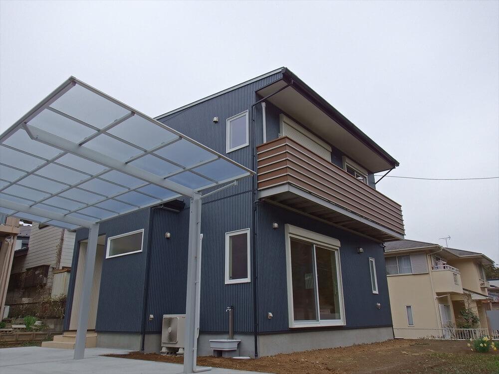 無垢材に囲まれた二階建ての外観とカーポート|石岡市の注文住宅,ログハウスのような木の家を低価格で建てるならエイ・ワン