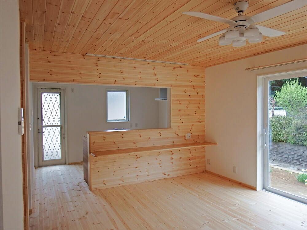 無垢材に囲まれた二階建てのリビング|石岡市の注文住宅,ログハウスのような木の家を低価格で建てるならエイ・ワン