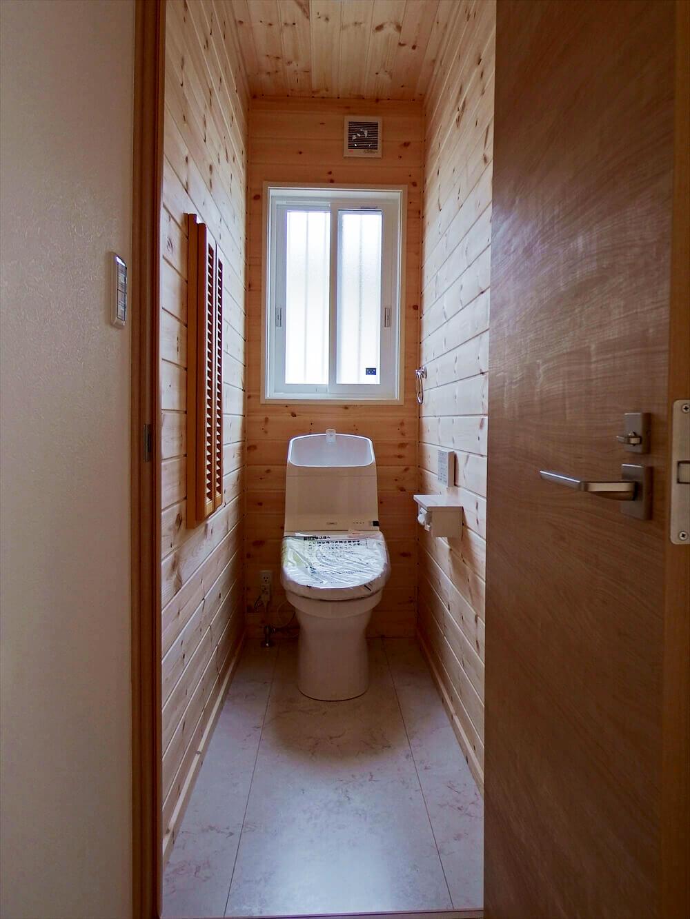 無垢材に囲まれた二階建てのトイレ|石岡市の注文住宅,ログハウスのような木の家を低価格で建てるならエイ・ワン