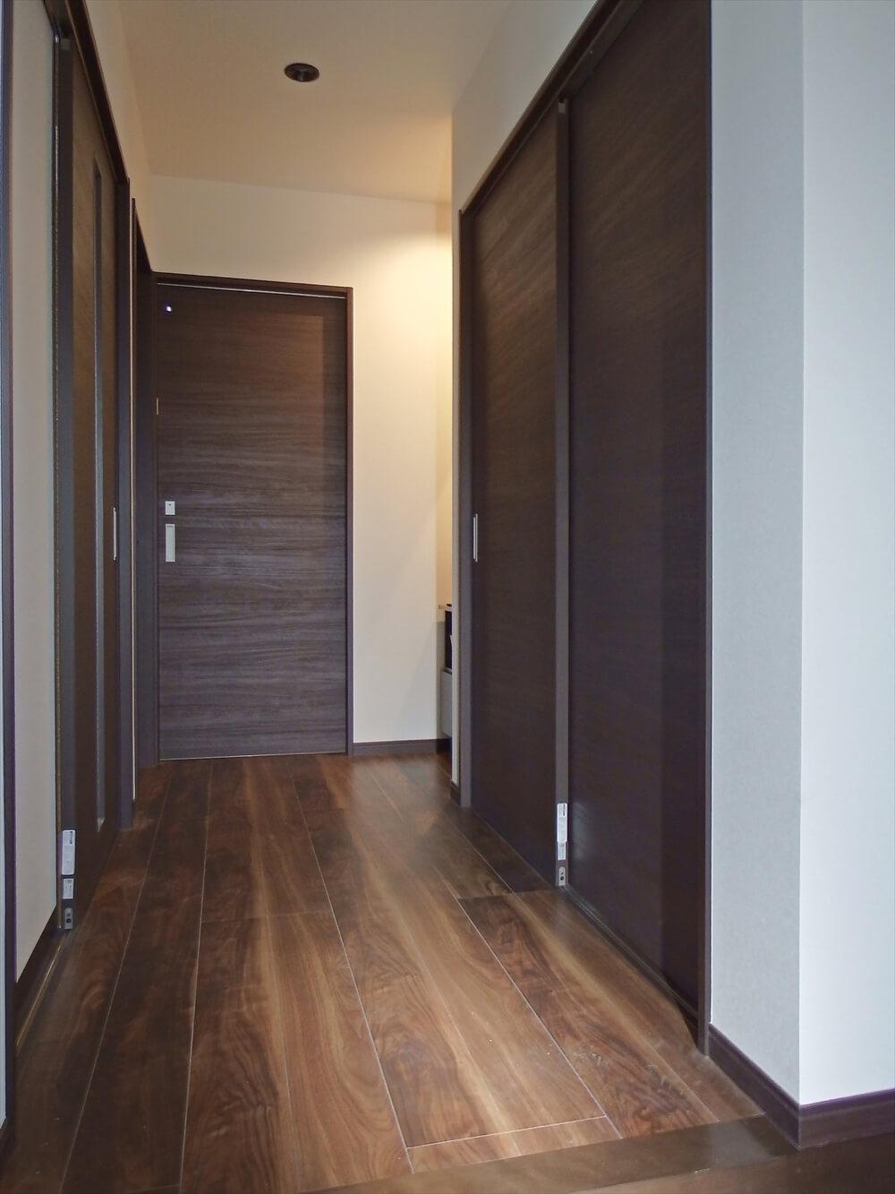 クロスが特徴的なリゾートテイスト平屋の廊下|行方市の注文住宅,ログハウスのような低価格住宅を建てるならエイ・ワン
