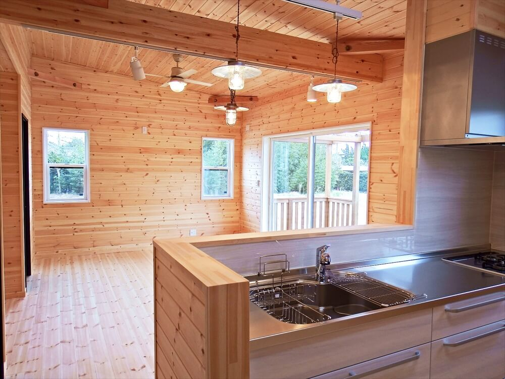 サーファーズハウス平屋のキッチンからの眺め|長生村の注文住宅,ログハウスのような木の家を低価格で建てるならエイ・ワン