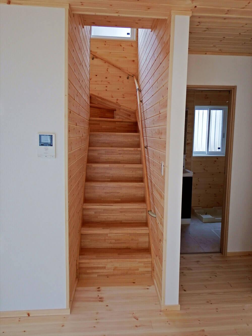 無垢材に囲まれた二階建ての階段|石岡市の注文住宅,ログハウスのような木の家を低価格で建てるならエイ・ワン