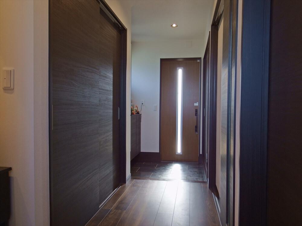 クロスが特徴的なリゾートテイスト住宅の玄関|茨城県行方市の注文住宅,エイ・ワン